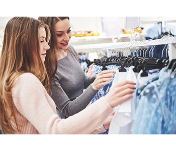 femmes qui font les magasins