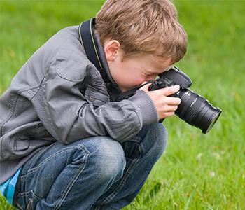enfant prenant une photo