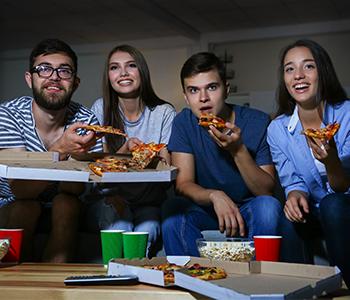 étudiants mangeant une pizza