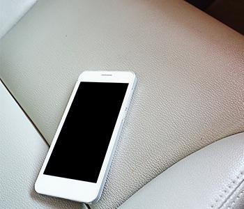téléphone sur un siège de voiture