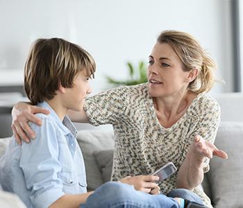 Une mère discute avec son fils des dangers du téléphone portable