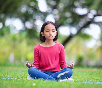 petite fille qui fait du yoga