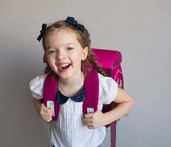 Enfant avec un cartable