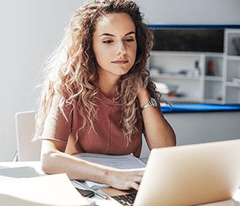 Femme sur son ordinateur