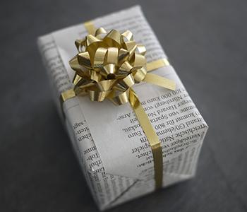 cadeau emballé dans du papier journal