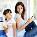Mère et fille sur smartphone
