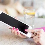 Femme en rose touche sa tablette Android