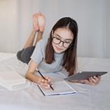 jeune fille révise ses cours avec la tablette