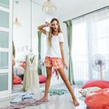 fille qui danse dans sa chambre
