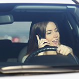femme qui téléphone au volant