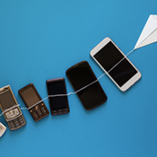 Innovation du téléphone portable sur fond bleu