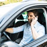 Homme au téléphone au volant
