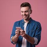 homme souriant avec son smartphone dans les mains