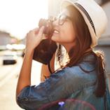 Une jeune femme prend des photos dans une ville européenne