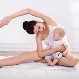 femme qui fait de l'exercice avec son bébé