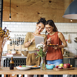 femme utilisent tablette cuisine