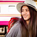 jeune femme voyage à l'étranger