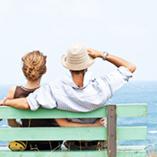 couple sur un banc à la plage