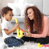 enfant joue du saxophone