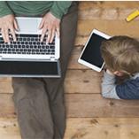 père et enfant sur smartphone et tablette