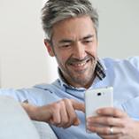 Homme avec son smartphone