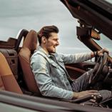 homme dans sa voiture de luxe