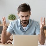 Homme énervé s'aperçoit que son ordinateur ne s'allume plus