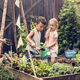 Enfants jardinent