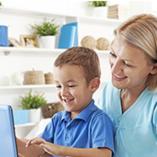 Une mère et son enfant sur leur ordinateur Windows 10