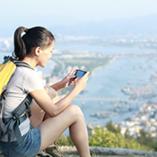 Une femme en road trip à l'étranger profite de son roaming data