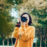 Femme qui prend une photo