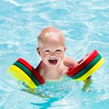 bébé dans l'eau
