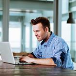 Jeune homme avec son ordinateur portable