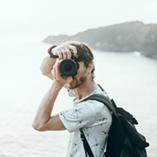 Un photographe prend un cliché face caméra