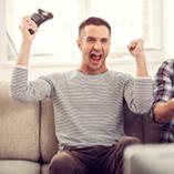 Deux adultes jouent aux jeux vidéos