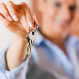 femme qui tend des clefs