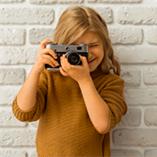 petite fille prenant une photo